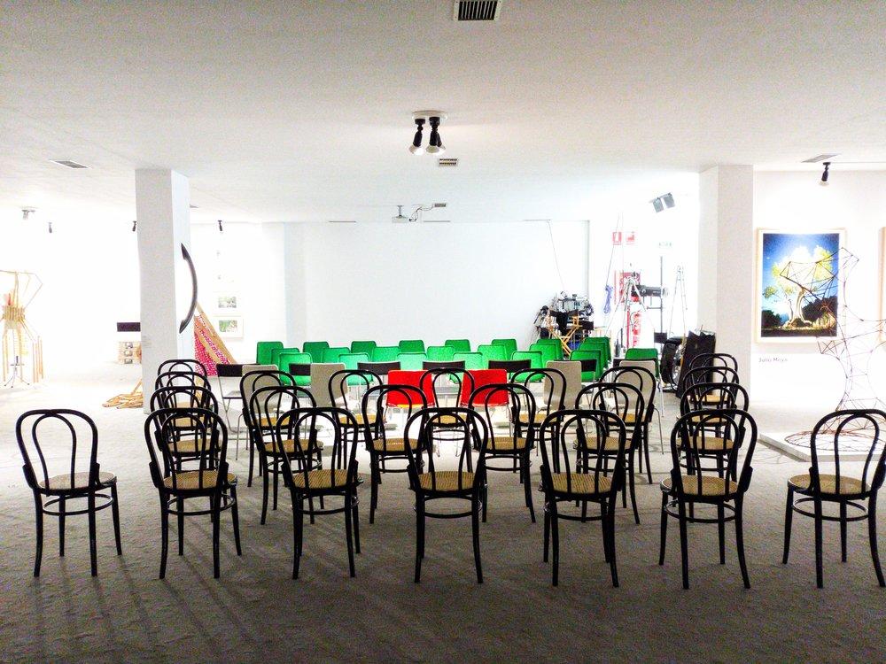Sala 1. Evento con proyector. Fotografía facilitada por EstArt Space