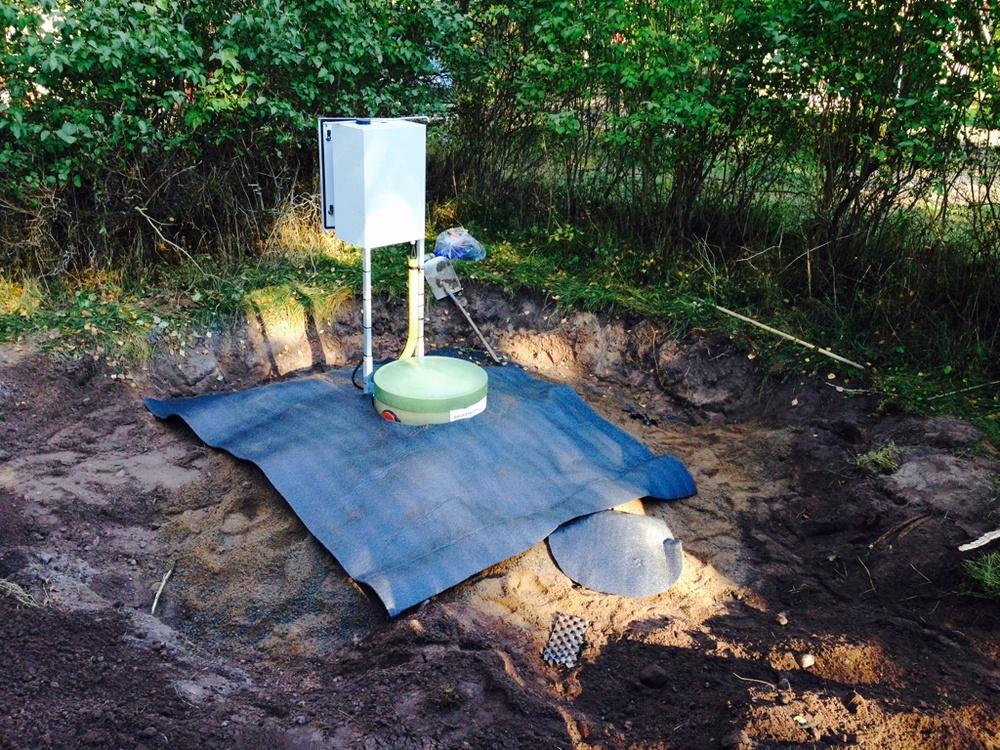 Tank isolerad med betongtäckmatta samt överfylld med betonggrus samt befintligt material.