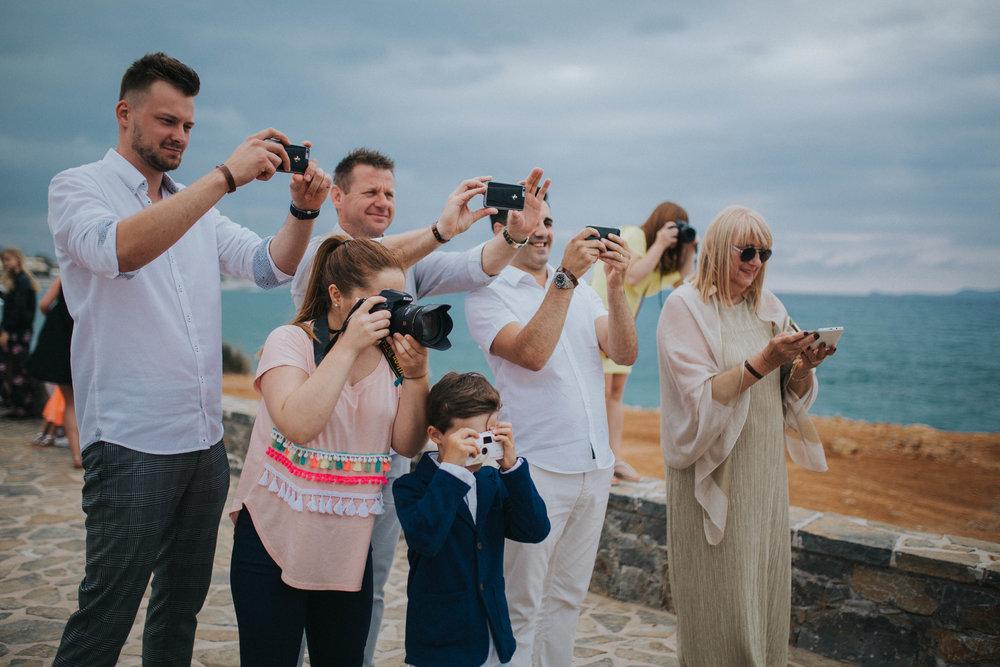 """""""fotografowie"""", których miałam za plecami podczas ceremonii ślubu na Krecie, czy nie lepiej wyglądali by na zdjęciu bez telefonów i aparatów z widocznymi twarzami? :)"""