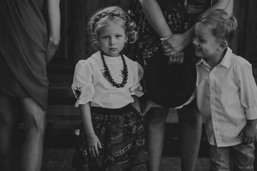 cudowne dzieciaki podczas ceremonii ślubnej Beaty i Bartka w kościele