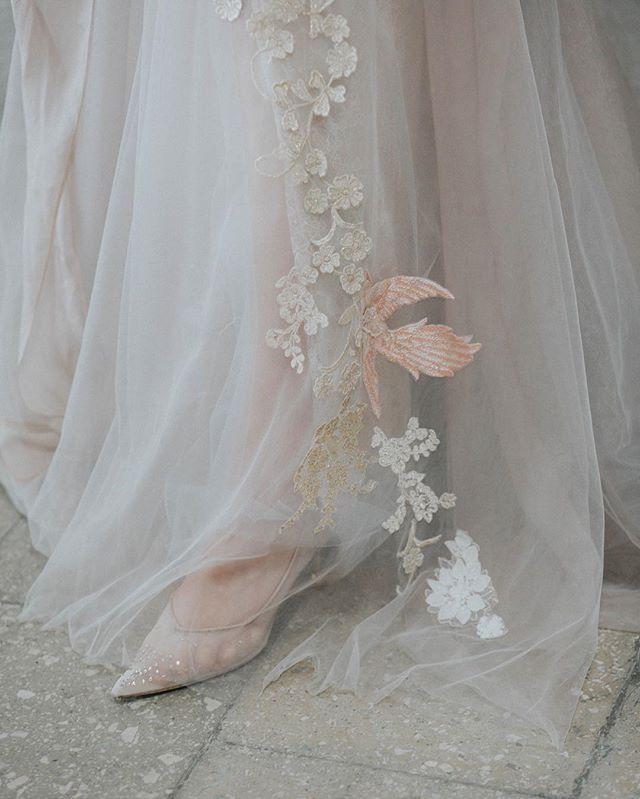 Niesamowite detale sukni od @ochockaatelier  i butów od @vandanovak_official 😍 Edytorial dla @magazyn_wesele ❤️ #dirtybootsandmessyhair #weddinginspirations #wayupnorth #silesiaweddingday #togetherjournal #greenweddingshoes #junebugweddings  #autenticlovemag #lookslikefilm #destinationwedding  #slub #wychodzezamaz #fotografslubny #niezleaparaty #powiedzialamtak #slub2019 #slub2020 #fotografiaslubna #fotografwarszawa #pannamloda  #panmlody #weddingphotographer #destinationphotographer #weddingdress