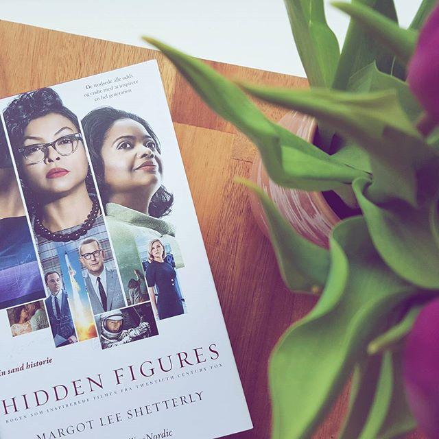 """I nat skal jeg til Oscar-fest hos verdens bedste @cinderellla 💜 Derfor har jeg tilbragt weekenden i selskab med bogen bag den nominerede """"Hidden Figures"""", som er en fremragende fortælling om kvinderne i kulissen for NASA'S rumkapløb. Hvis du endnu ikke har læst den, kan jeg kun anbefale dig at komme i sving! 😊 Filmen er også virkelig anbefalelsesværdig! Tak for læseeventyret, @harpercollinsnordicdk 💜 #hiddenfigures #bookstagram #igreads #bookpictures #booksbooksbooks #booksofinstagram #bookishlove #bogsnak #dklit #bogtid"""