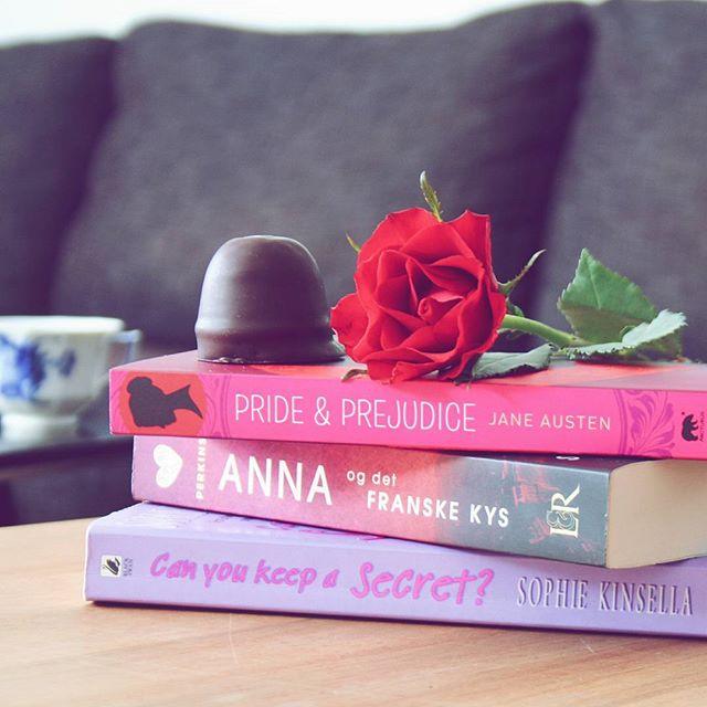 """Af en eller anden grund kan jeg ikke lade være med at genlæse """"Anna og det franske kys"""". For bogen indeholder alt det, jeg elsker ved cheasy chick flicks. Humor? Tjek! Hot fyr? Tjek! En problematik, der ville blive løst, hvis bare folk talte sammen? Tjek! Så jeg er altså fan (Og overvejer lidt, om den skal være min fredagsbog, selv om jeg læste den så sent som for en uge siden) 💜 #fredagsbog #bookstagram #igreads #bookpictures #booksofinstagram #annaandthefrenchkiss #lovebooks #dklit #bogtid #bogsnak"""
