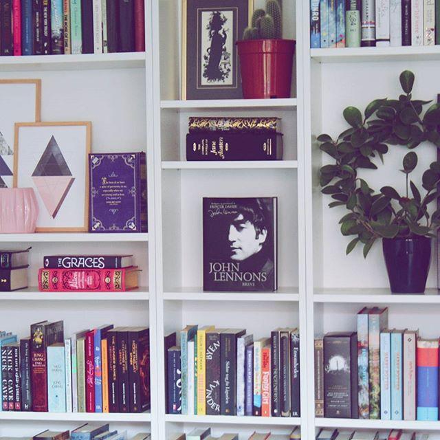 En eller anden har omrokeret sin bogreol, selv om hun burde arbejde. Spoiler alert: det er mig, og jeg fortryder intet! 🌟🌟 #bookstagram #igreads #bookpictures #booksofinstagram #shelfie #bookshelf #dklit #bogtid #bogsnak