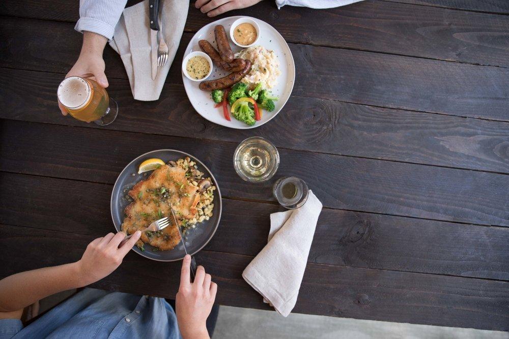 Jimena-Peck-Denver-Food-Photographer-Gordon-Biersch-Brewery-Having-Lunch