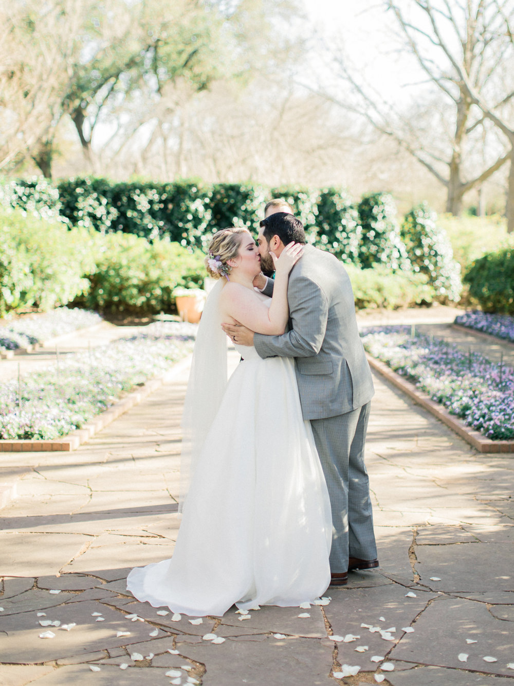 Dallas Arboretum & Botanical Garden Wedding Photos - Light and Airy Photography