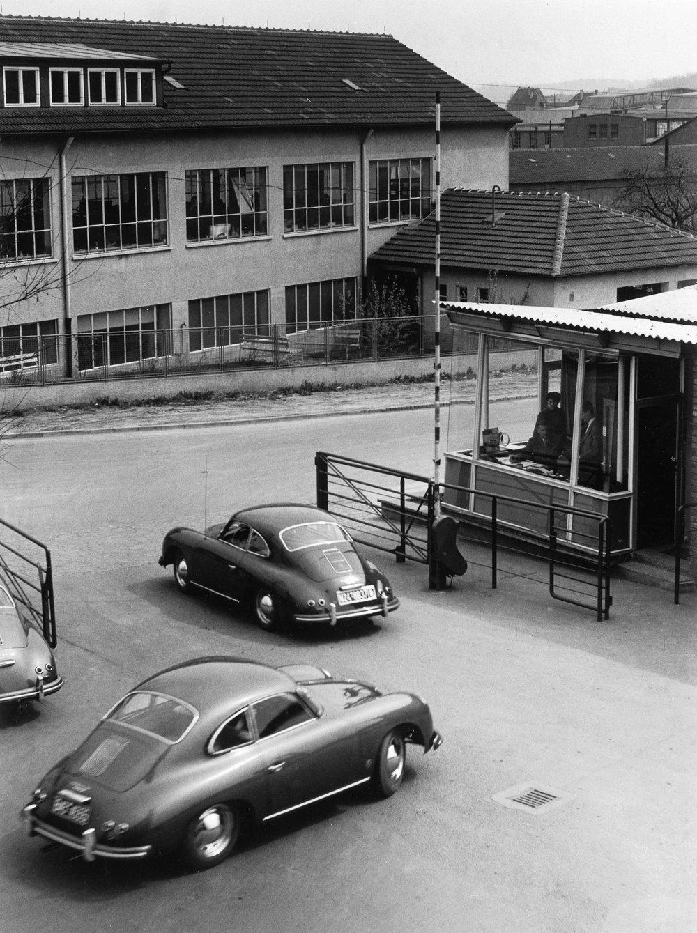 1955 coupes leave Werk II HAV 3469.jpg