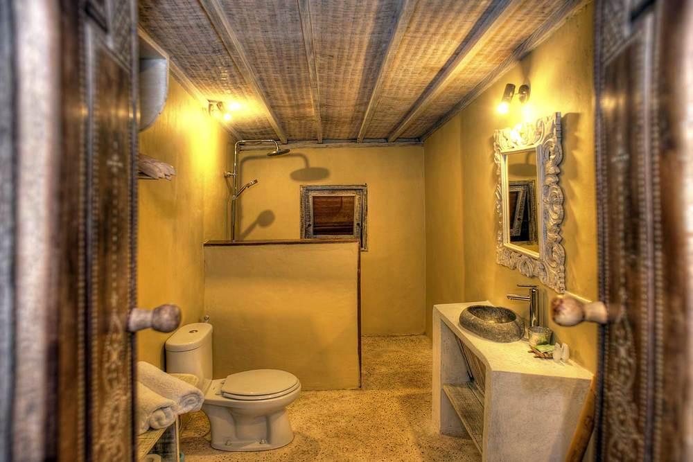 Interior bathroom villa Ottalia Gili island