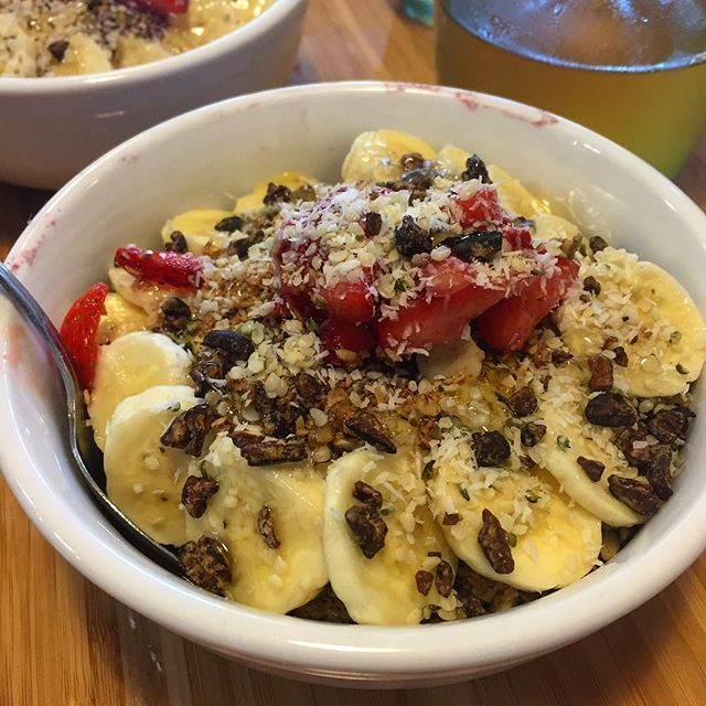 I can barely handle how good this is right now!!!! Nothing more refreshing after a long flight than an acai bowl! This sucker is packed with cacao nibs, hemp seeds, coconut, macadamia nut milk, strawberries, banana and bee pollen 🐝