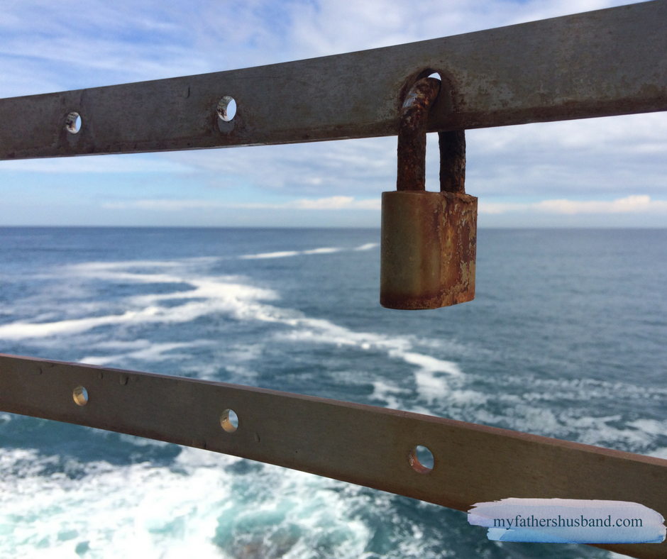 I took this picture while walking along the Atlantic in San Sebastian. And the moment I saw this lock against the turbulent sea and sky, I thought of ...