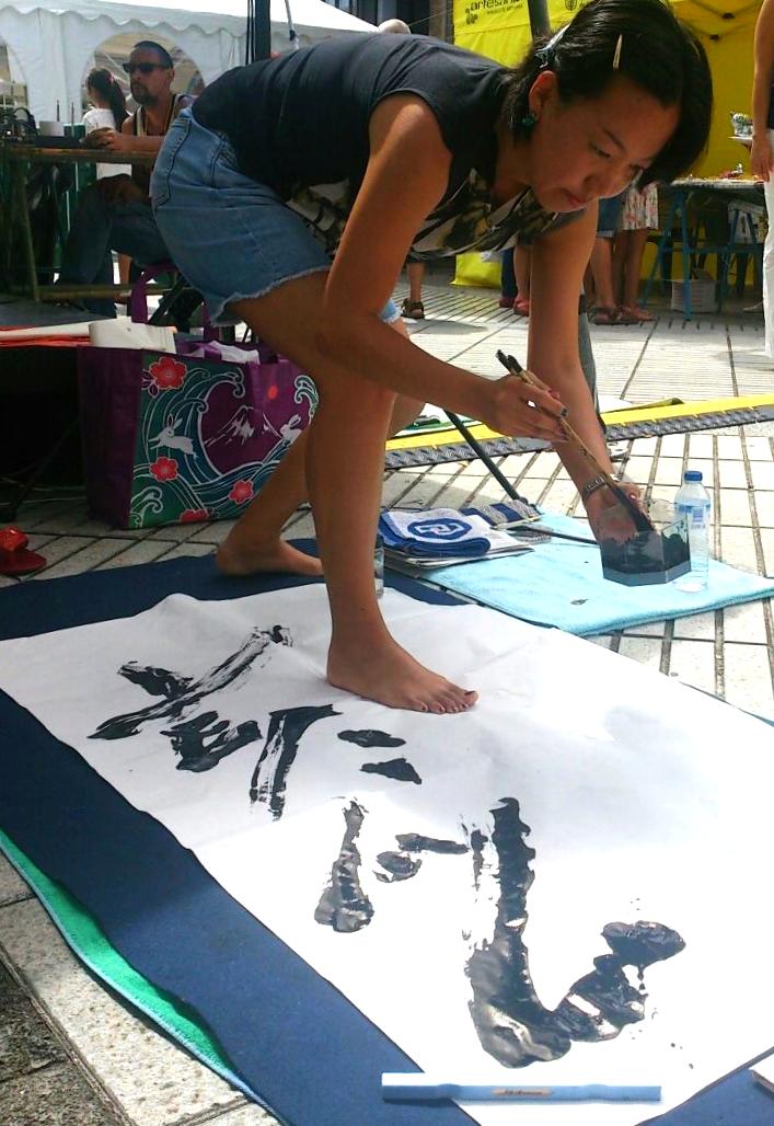 Hisae Imano practicando Shodo al aire libre