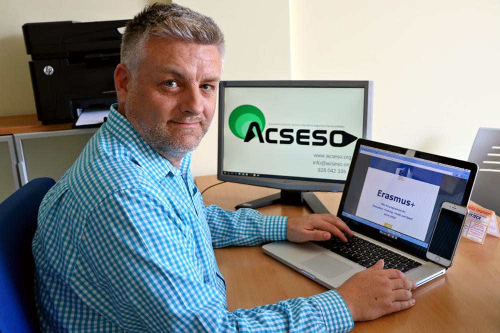 Daniel Dixon en la sede de A.C.S.E.S.O. en Telde