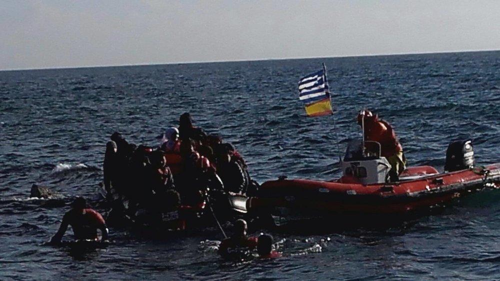 Rescatadores abordando una barcaza en Lesbos