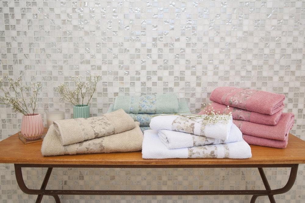 Use toalhas na decoração de banheiro