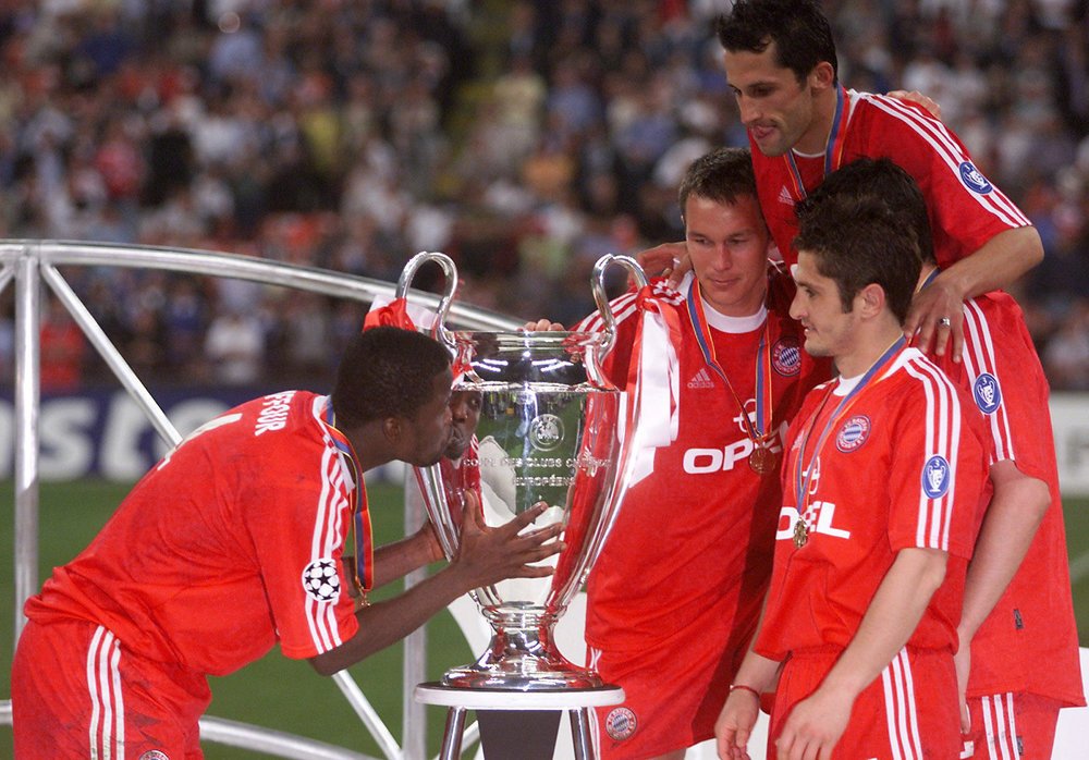 Bayern Munich's Samuel Kuffour kisses the European Cup after the Champions League final at the San Siro Stadium in Milan, May 23, 2001.  (REUTERS / Alamy Stock Photo)