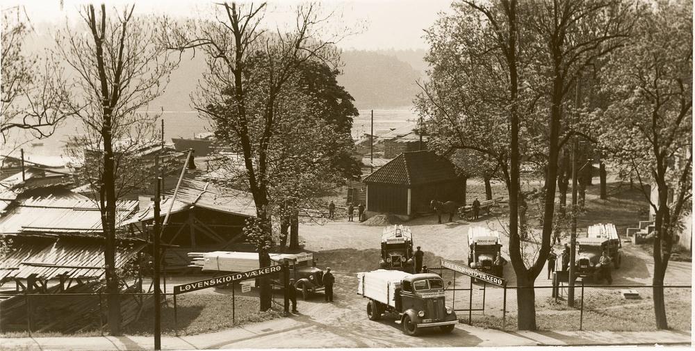 Kapasiteten i de trange lokalene i Torggaten ble raskt sprengt, og den økte virksomheten førte til bygging av et nytt sentrallager på Vækerø utenfor bykjernen, som ble tatt i bruk i 1964.