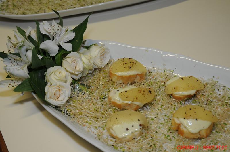 Crostini de mousse de gorgonzola com pêra