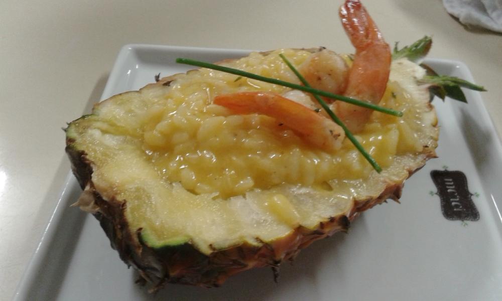 Risoto de camarão no abacaxi