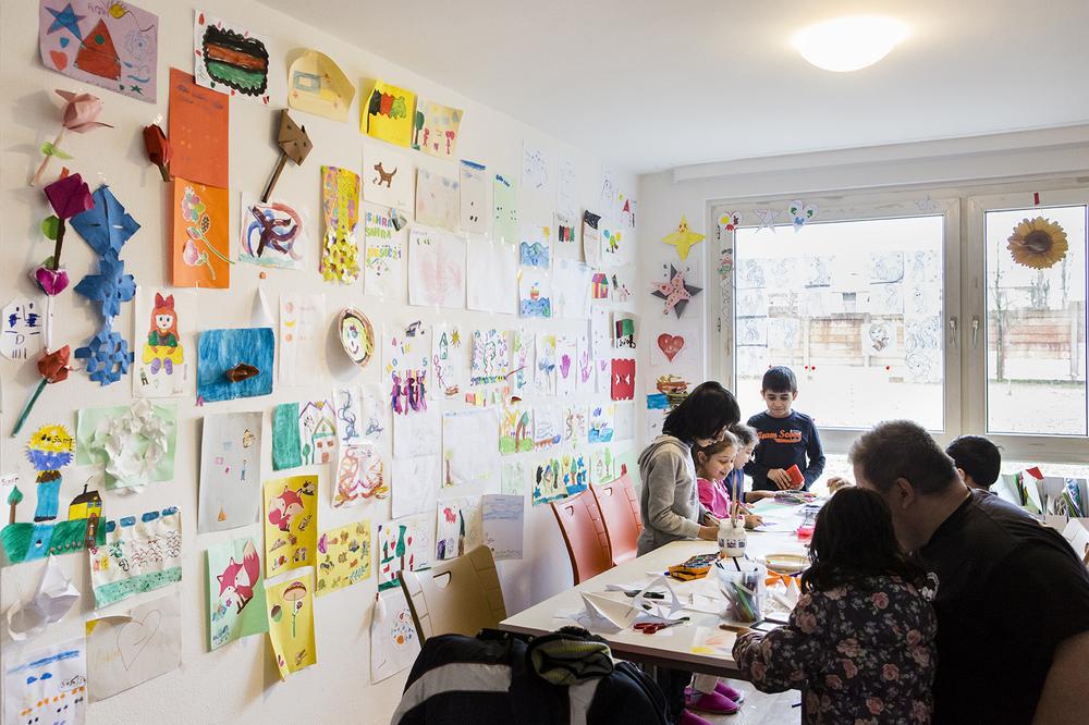 Die Wand ist übersät mit Kunstwerken