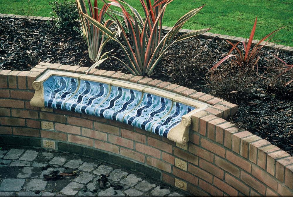 Integrated garden bench modelled in glazed terracotta