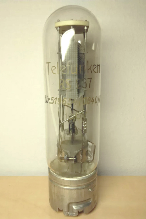 Jun's prized 1938 Telefunken RS237. © Jun Sato. Image used with permission.