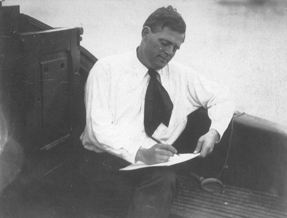 17_Jack London mentre scrive a bordo_2.jpg
