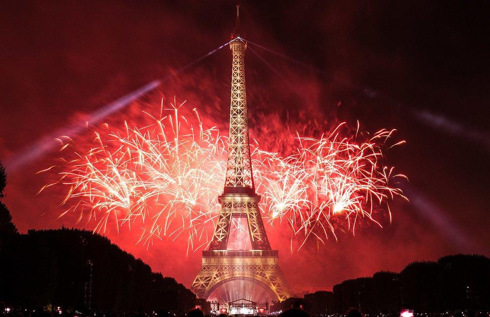 Feu_d'artifice_du_14_juillet_2017_depuis_le_champ_de_Mars_à_Paris,_devant_la_Tour_Eiffel,_Bastille_day_2017_(35118647963).jpg