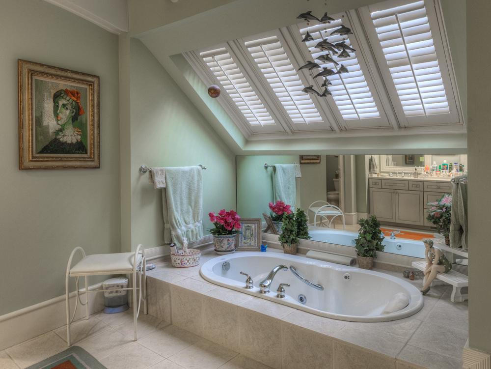040 master-bath-tub.jpg