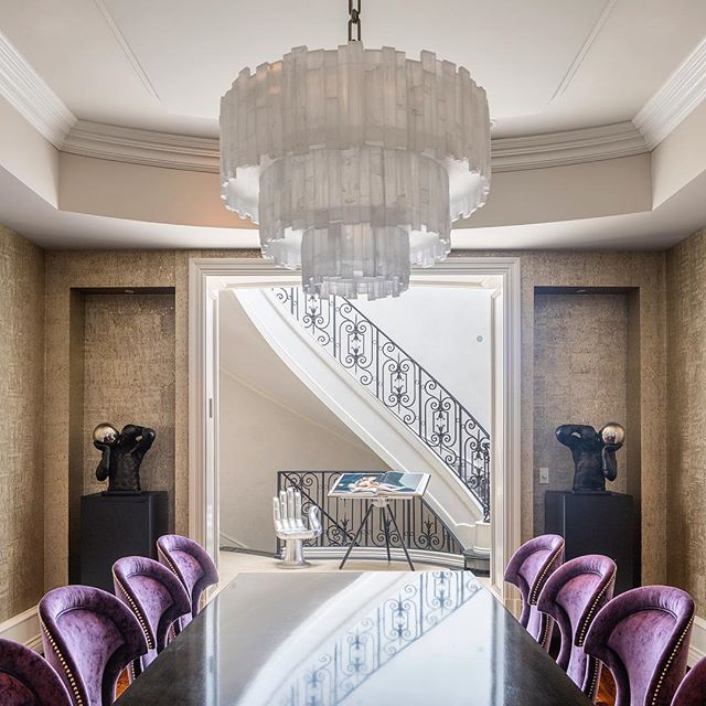 In love with this beautifully designed dining room by @ryansaghian, especially the icy chandelier and golden wallpaper #diningroomdecor #interiordesign #interiorsphotography #brentwood #canon5dmarkiv
