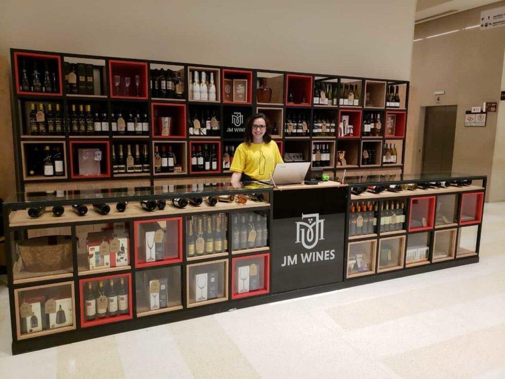 Quiosque da JM Wines foi aberto em 2018 no Shopping Cidade São Paulo (4o andar), para vender vinhos sem esnobismo. Crédito:  JM WINES .