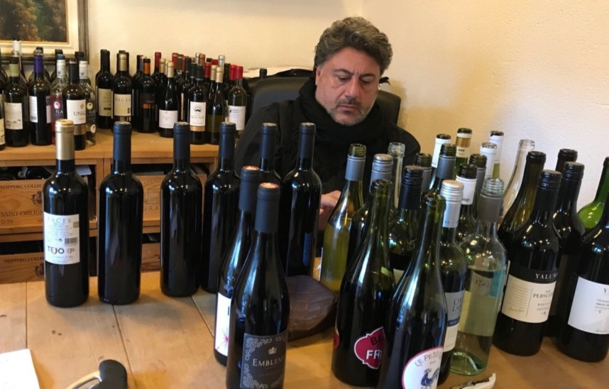 Cada um dos 2 mil vinhos degustados por Vicente e Manu no ano são avaliados e catalogados de acordo com boca, preço, prazo e rótulo (Crédito: Vicente Jorge).