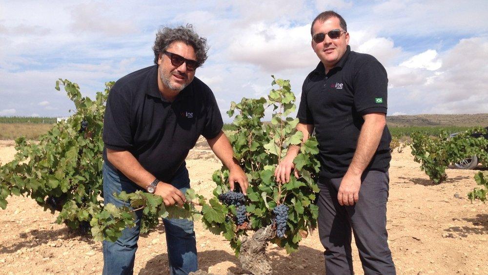Ao lado de Manu Brandão (à direita), Vicente Jorge seleciona mais de 140 rótulos diferentes para os clubes de assinatura da Wine no ano, direto da fonte (Crédito: Vicente Jorge).