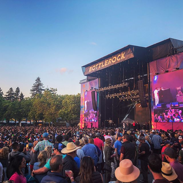 Best weekend EVER... just love @bottlerocknapa and oh yeah.. Happy Memorial Day weekend to anyone not #BottleRocking ! Here's the view from the VIP platform watching @e40 yesterday. I have to say, I was SO impressed by both E40 and @snoopdogg // the live performances rocked my 🌏!! The @thekillers were pretty freaking epic too! If you haven't been before VIP is the only way to go... 🍷🥂 . . . . . . . #bottlerocknapa #whattodrink #whattowear #whatiwore #napablogger #napavalleylife #napavalleylifemagazine #visitnapavalley #napa #napavalley #napavalleyblogger #wheretostay #bottlerockbible #concertoutfit #festivalfashion #mystyle #festivals #ad #sponsored