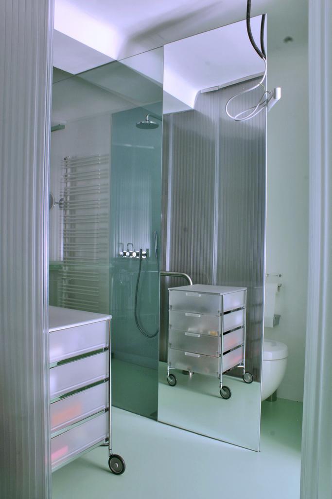 Das Bad Als Eigenständiges Implantat Im Vorraum Und Zimmer, Drei Funktionen  (bad, Wc