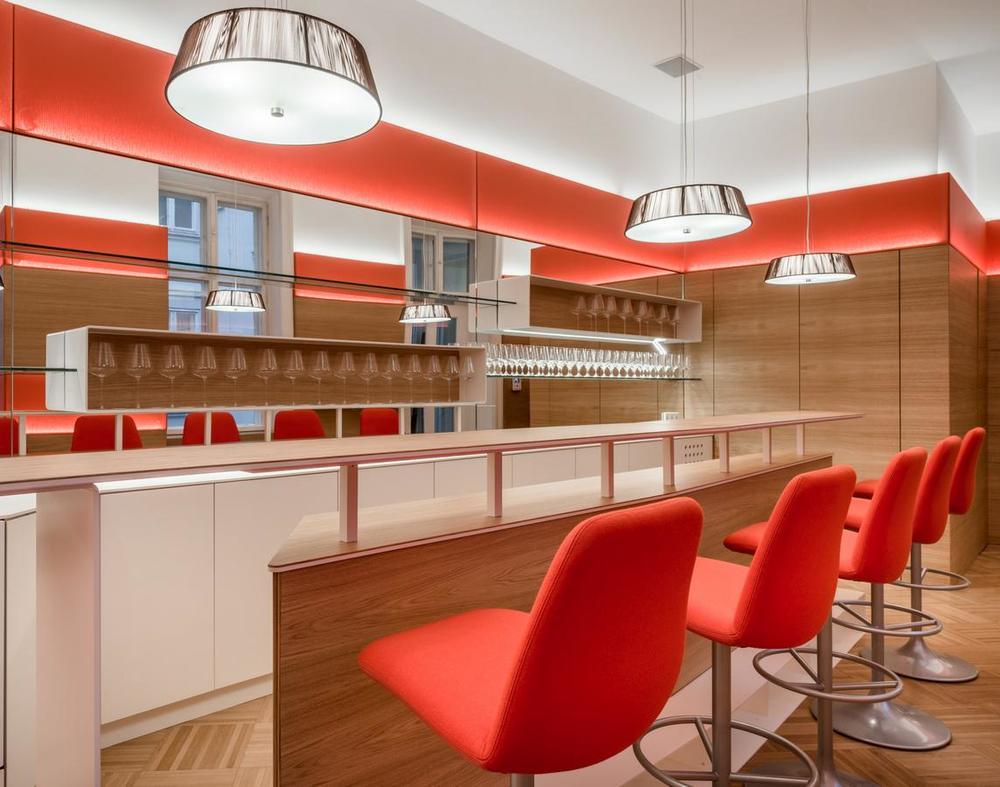In einer alten Büroetage (um 1900 erbaut) wird ein langgezogener Abstellraum, in einen repräsentativen Bar / Lounge - Bereich für 30-40 Personen umgewandelt. In einladender Atmosphäre soll, nach größeren Sitzungen und Versammlungen, ein informeller Gedankenaustausch gefördert werden.Auch kleinere Gruppen von 8-10 Personen können sich hier treffen und finden in einer intimeren Sitzzone Raum zur Kommunikation.