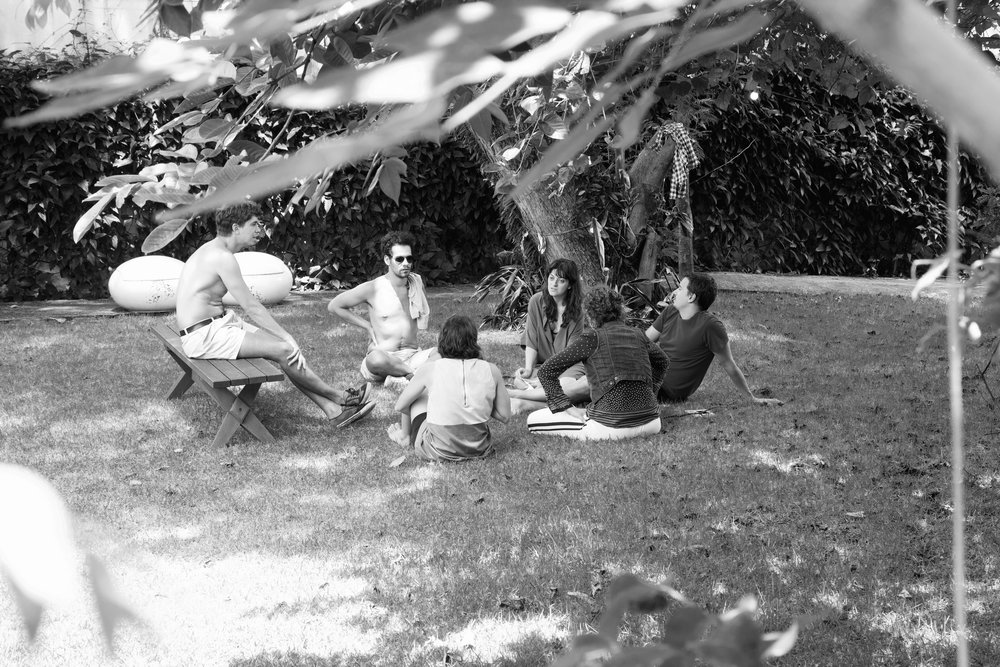 Na foto, Fernanda Raquel, Carolina Mendonça, Rodrigo Andreolli e Lúcia Broinstein no jardim.    In the photo, Fernanda Raquel, Carolina Mendonça, Rodrigo Andreolli and Lúcia Broinstein are in the garden