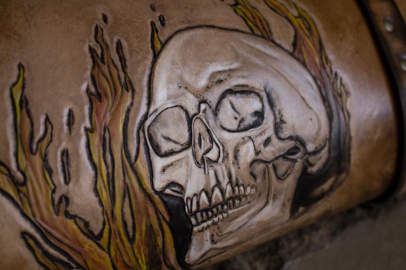 flaming-skull-tom-knife-bag-3.jpg