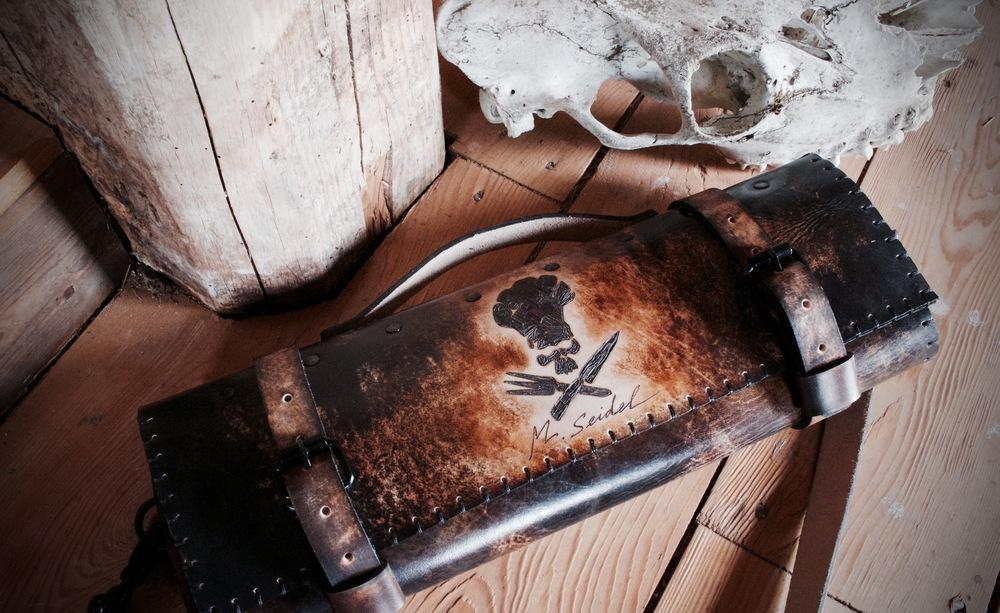 Rochini Roll skull and cross knives knife roll.jpg