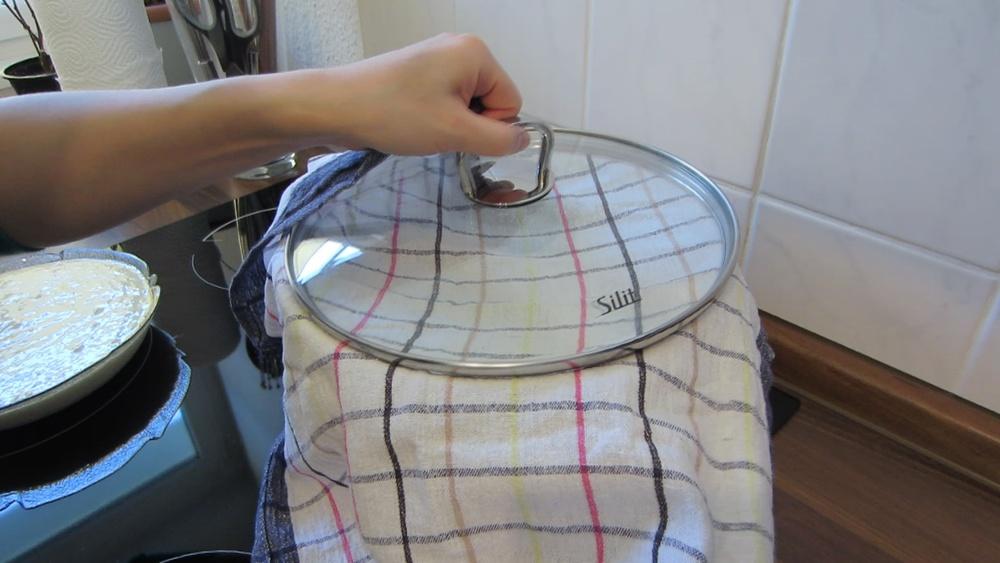 2014-03-21-Steamed-Cake-with-Coconut-09-Deckel-einwickeln.jpg