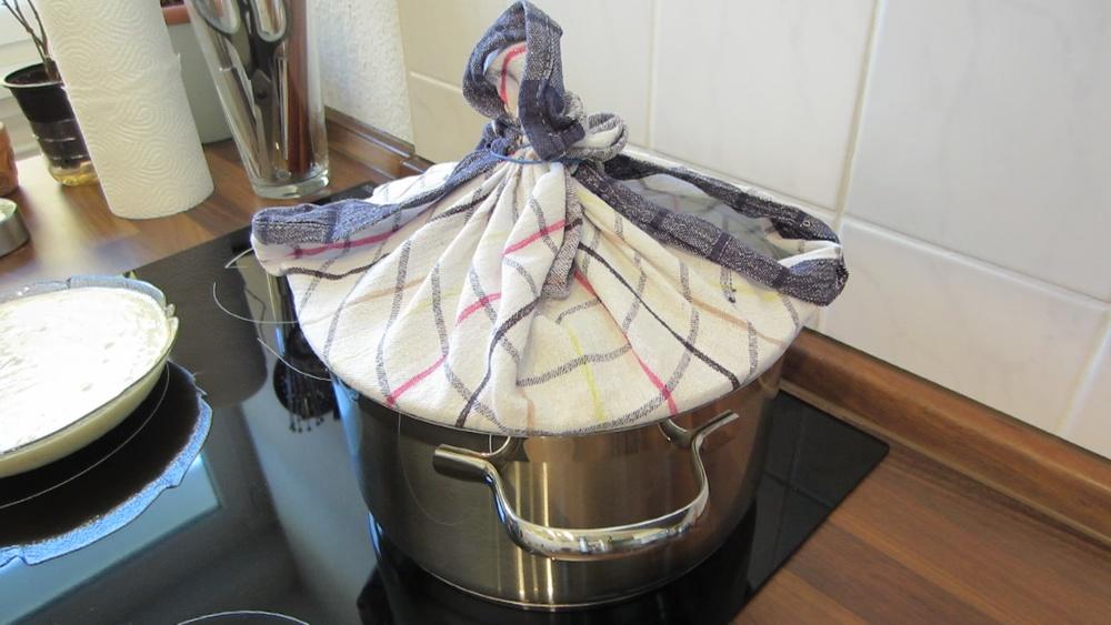 2014-03-21-Steamed-Cake-with-Coconut-10-Deckel-einwickeln.jpg