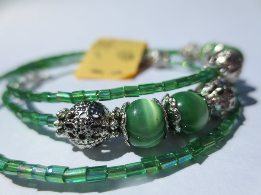 mini-2014-06-08-Grünes-Spiralarmband-mit-smaragd-grünen-Katzenaugen-Glasperlen-2-IMG_8073.jpg