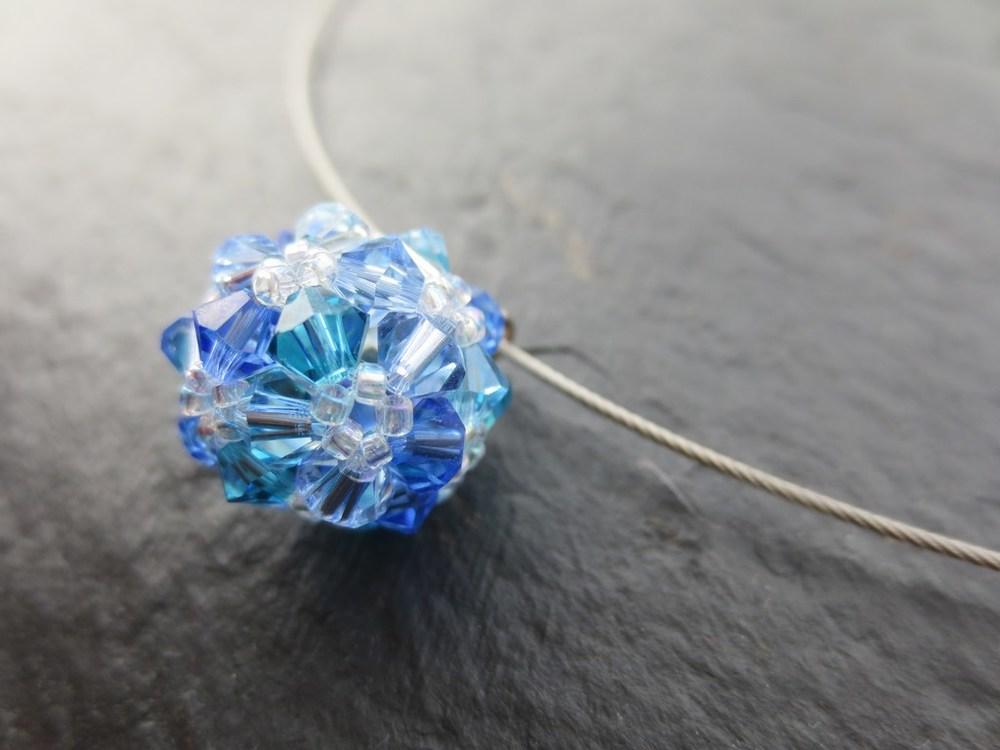 mini-2014-08-06-Kette-mit-Perlenkugel-aus-Swarovski-Kristall-Schliffperlen-in-Blau-Tönen-2-IMG_9325.jpg