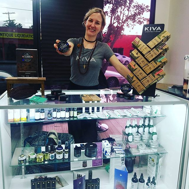 @kivaconfectionsco popped in to pay us a visit and hand out free samples of their delicious gourmet medicated chocolate🍫🍫🍫!! Catch them before they go at 6pm! #edibles #patientappreciationday #patientlove #tasty #bites #cbd #confections #chocolate #connisseur
