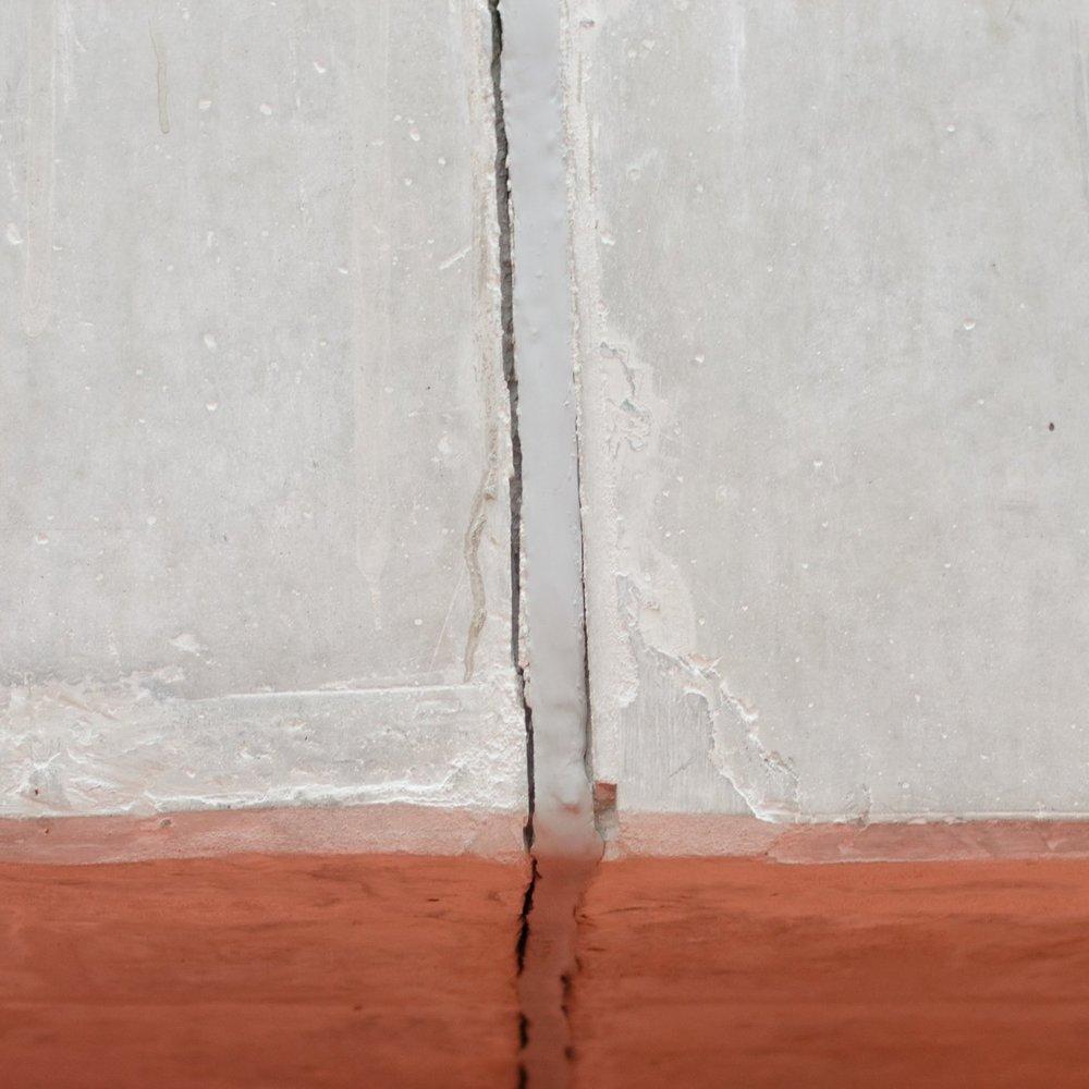 FALHA ADESIVA - Evite falhas adesivas na sua obra. Use BLOKSIL, selante de silicone com alto poder de aderência e cura neutra.