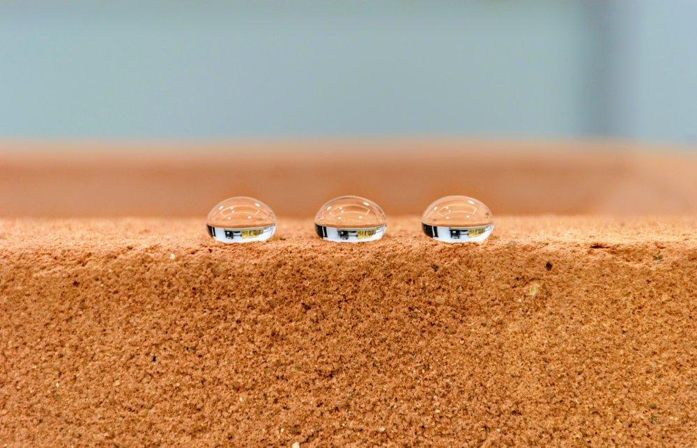 EFEITO GOTA - SILISO promove hidrorrepelência máxima aos substratos com o efeito de formação de gotas, evitando a penetração.