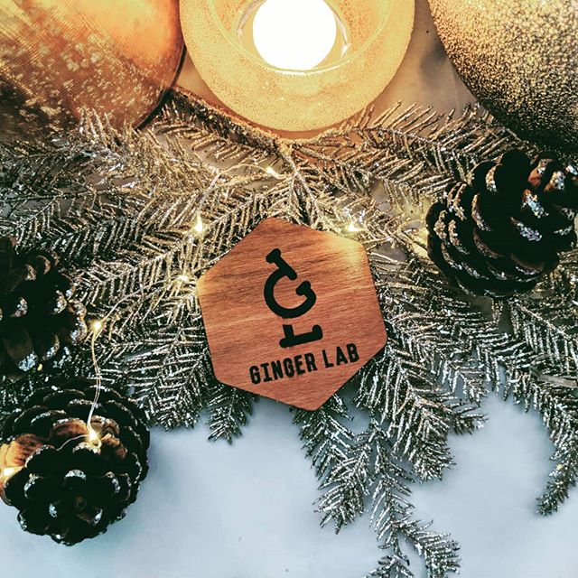 Wishing you and your family a merry Christmas, from all of us at Ginger Lab! 🎄🎅🤶🎁❄️ #drinkgingerlab #gingerbeer #smallbatch  Many thanks to @lepetitpainstore for the custom wooden coasters! 😍