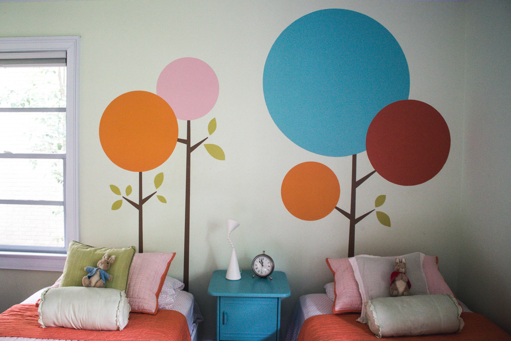 Nancy and Mauricio are both graphic designers. Mauricio designed the artwork on the wall behind the girls' beds himself.