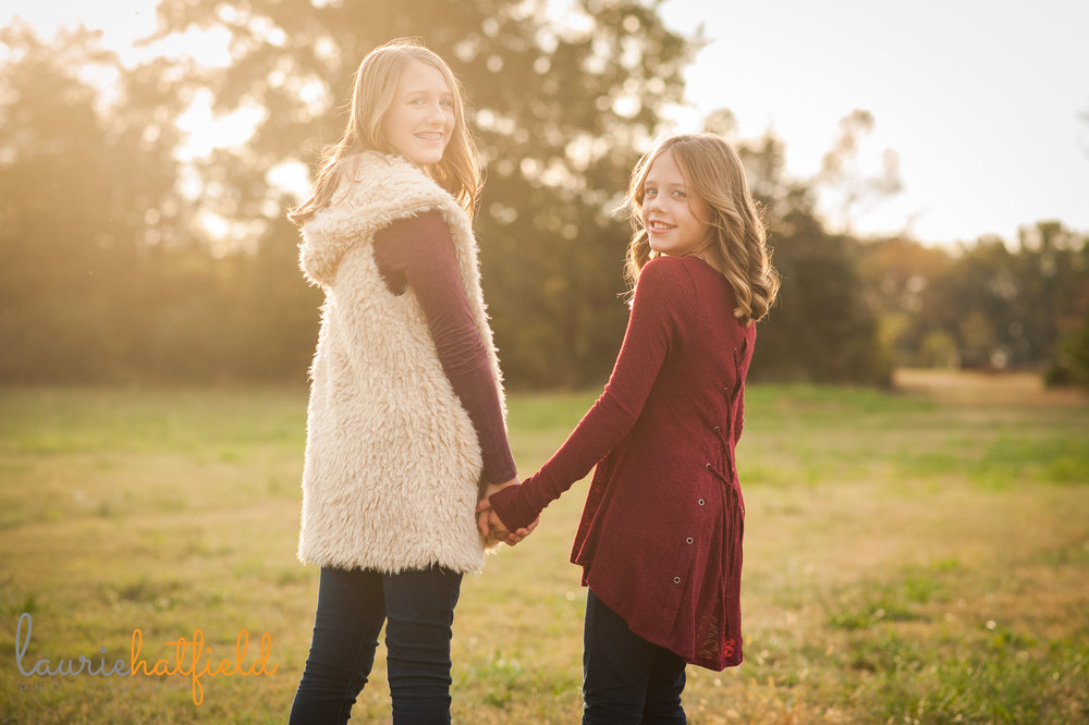 2 sisters walking in field | Mobile family photographer