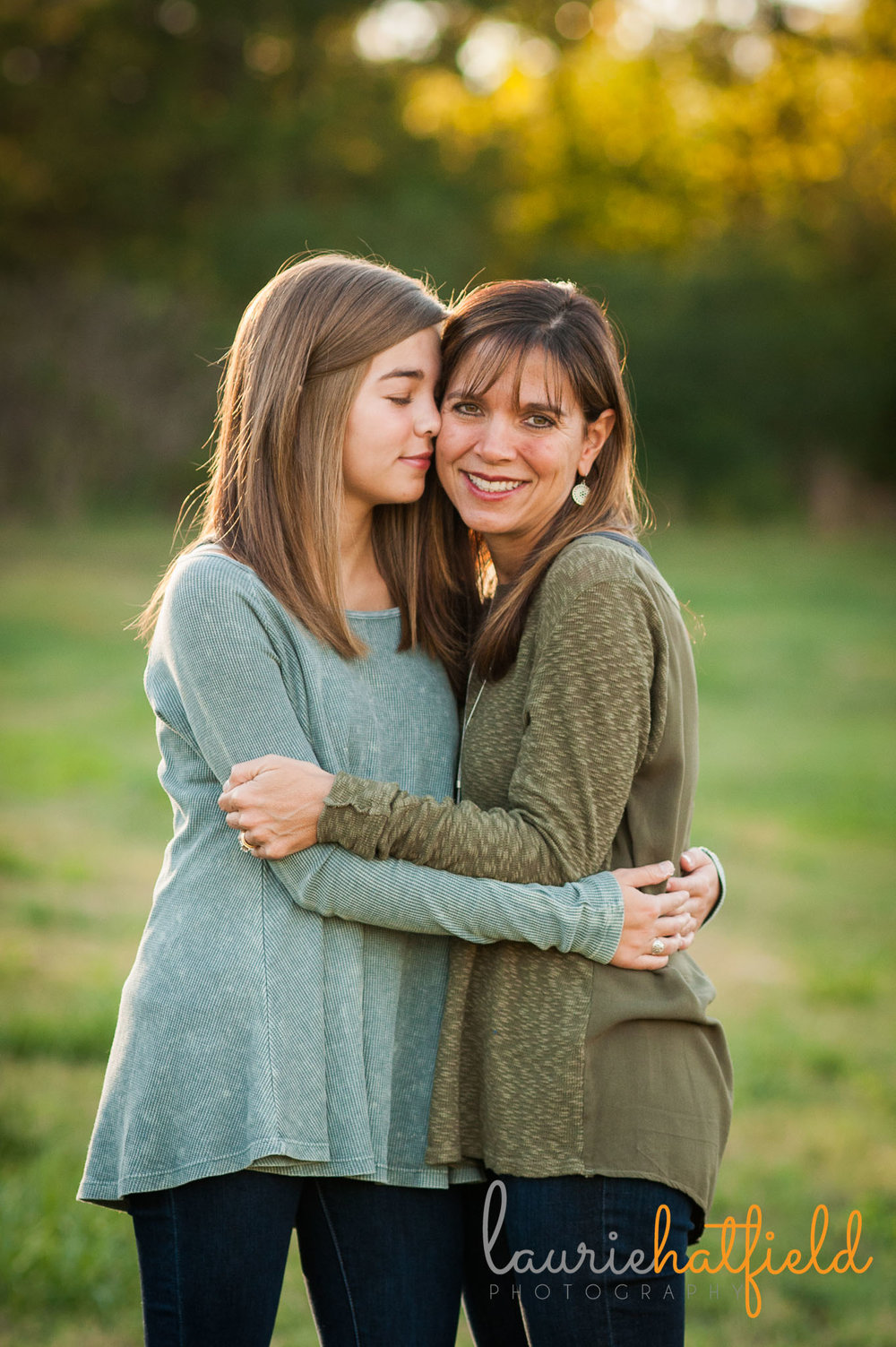 mother and teenage daughter in a field | Mobile AL family photographer
