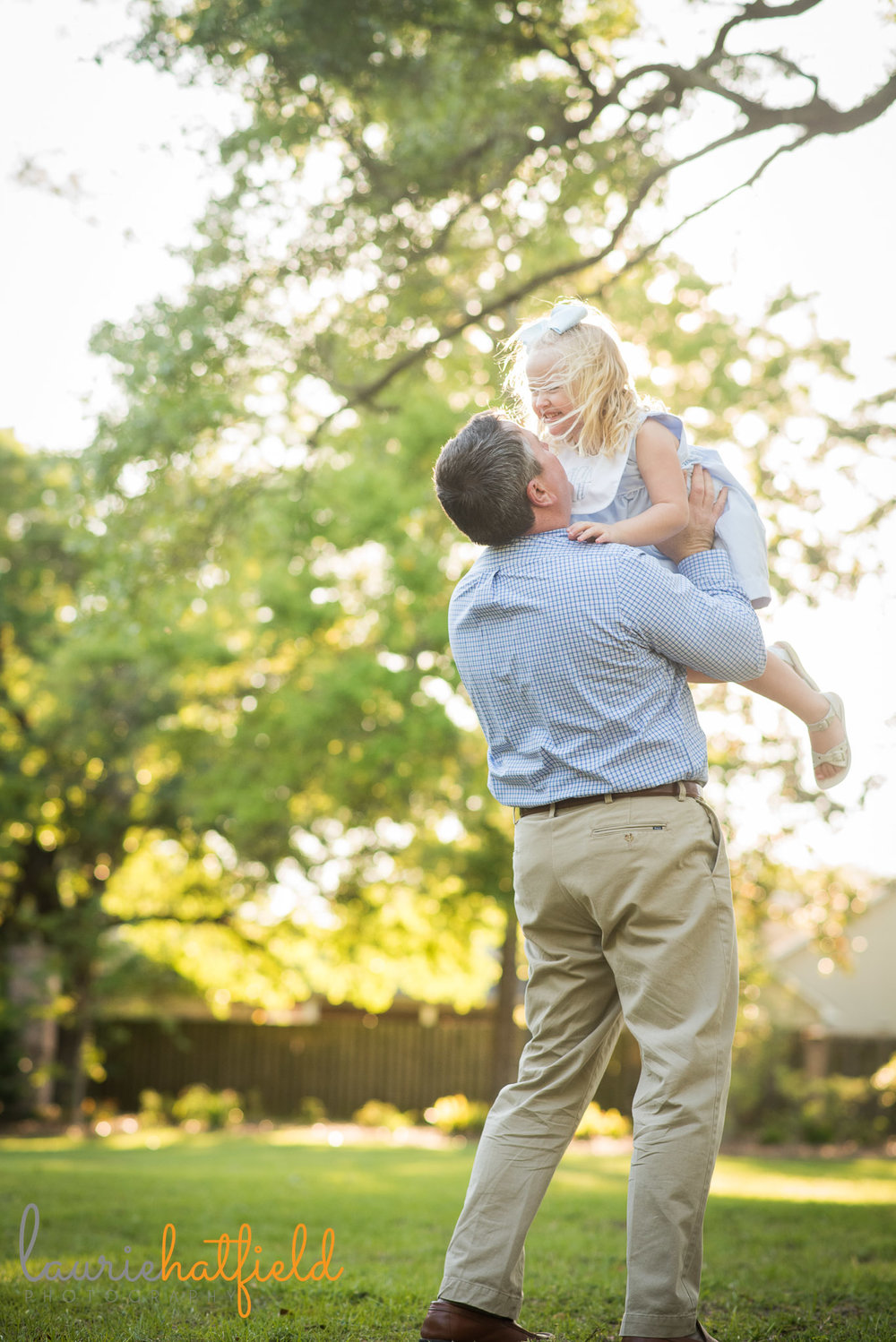 dad twirling little girl in air | Mobile AL family photographer | Laurie Hatfield Photography